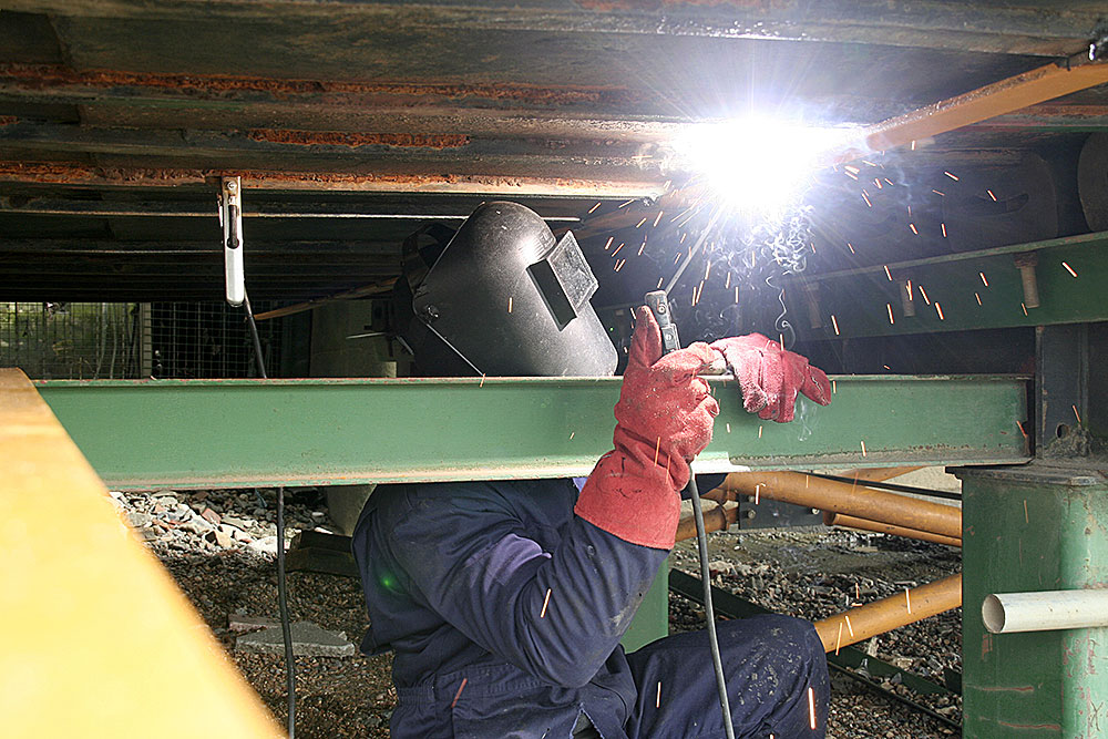 Welding-reed-bed-support-structure-under-barge